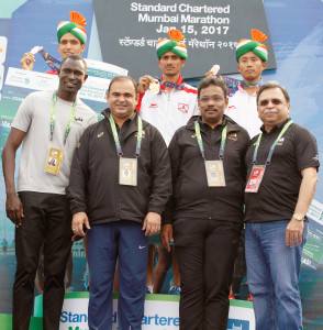 MUMBAI, (GNI): The Indian Full Marathon Men's winners of the Standard Chartered Mumbai Marathon 2017, Bahadur Singh Dhoni (1st runner up), Winner Olympian Kheta Ram and T H Sanjith Luwang (2nd runner up) along with International Event Ambassador David Rudisha, AFI President and Minister youth & Sports Vinod Tawde in Mumbai on Sunday - Photo by GNI