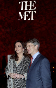 NEW YORK, (GNI): Mrs. Nita Ambani, Founder and Chairperson, Reliance Foundation, receiving the Honoree's trophy for her efforts in Philanthropy from Tom Campbell, CEO & Director, The Metropolitan Museum of Art, New York, today - photo by GNI