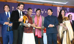 MUMBAI, (GNI): Bollywood Actor Shahrukh Khan recives the 4th Yash Chopra Memorial National Award from Maharashtra Governor Ch Vidyasagar with Actors and MP Shatrughan Sinha, Actress Rekha, Jaya prada  and MP T Subbarami Reddy   and Pamela Chopra in Mumbai on Saturday evening - photo by Sumant Gajinkar