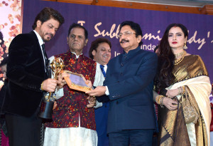 MUMBAI, (GNI): Bollywood actor Shahrukh Khan recives the 4th Yash Chopra Memorial National Award from Maharashtra Governor Ch Vidyasagar with Actors and MP Shatrughan sinha,Actress Rekha, Jaya prada  and MP T Subbarami Reddy and Pamela Chopra in Mumbai on Saturday evening - photo by Sumant Gajinkar