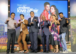 MUMBAI, (GNI): Apoorva Mehta, CEO - Dharma Productions, Varun Dhawan, Jagdish Bhojwani, General Manager India - SilkAir, GB Srithar, Regional Director - SAMEA, Singapore Tourism Board, Alia Bhatt & filmmaker Shashank Khaitan shake,  organized a press conference today to announce their close collaboration with Dharma Productions for a major Bollywood movie, 'Badrinath Ki Dulhania'. The movie features key scenes and songs filmed in Singapore, in Mumbai - Photo by GNI