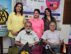 """MUMBAI, (GNI): Nitin Dossa, Executive Chairman, Western India Automobile Association, Edil Katrak, President -Western India Automobile Association along with particiapte women Bela Dhantara, Alpa Dhamani & Beena Shah during the press announcement of The upcoming Women's Car Rally. The third edition of the hugely-successful """" Women's Rally to the Valley """" will be held on 5th March 2017, to spread the message of women's safety on the occasion of International Women's Day, during the press conference in Mumbai on Monday evening - photoby Sumant Gajinkar"""