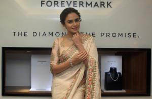 MUMBAI, (GNI): Amruta Khanvilkar wearing Forevermark jeweller