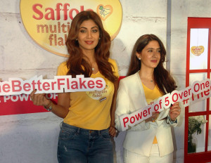 MUMBAI, (GNI): Fitness diva Shilpa Shetty Kundra and celebrity Nutritionist Pooja Makhija launching 'Saffola Multigrain Flakes'  at The Konkan Hall -Taj Lands End, in Mumbai – Photo by Sumant Gajinkar