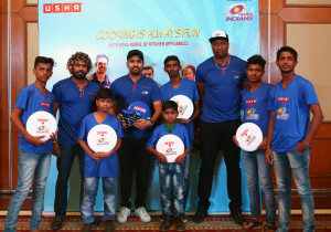MUMBAI, (GNI):  Kieron Pollard, Rohit Sharma and Lasith Malinga of Mumbai Indians team with Frisbee players who are part of Usha International's 'skill to play sports development program' from Mumbai - Photo by GNI