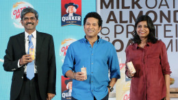 MUMBAI, (GNI): D. Shivakumar, Chairman, PepsiCo India and Deepika Warrier, Vice President with Master Blaster Sachin Tendulkar came together to showcase Quaker Oats + Milk, a one-of-a-kind grain dairy beverage in India in Mumbai - Photo by GNI