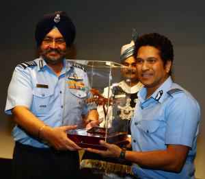 NEW DELHI, (GNI): Sachin Tenudlakar and Air Chief Marshal BS Dhanoa PVSM AVSM YSM VM ADC, Chief of the Air Staff, IAF and Smt. Kamalpreet Dhanoa President, AFWWA, in Delhi - Photo by GNI
