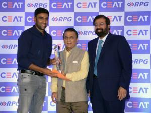 MUMBAI, (GNI): L-R: R. Ashwin, Sunil Gavaskar, Harsh Goenka (Chairman, RPG Enterprises) at CEAT Cricket Rating Awards 2017 in Mumbai - Photo by GNI