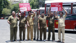 MUMBAI, (GNI): BEST employees, participating in the Tumbaku Mukt Best campaign supported by 2baconil, Heroes have succesfully quit tabacco dependence under the initiative on the eve of World No Tobacco Day in Mumbai on Tuesday  - Photo by GNI
