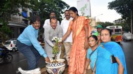 MUMBAI, (GNI): From L-R - Saahebrao Gaikwad - Sahayak Aayukt, R Dakshin Ward; Yogesh Sagar - MLA; Kamlesh Yadav – Prabhat Samiti Chairman, R-South ward and Priyanka More - Local Corporator participating in plantation drive organized by Siddha Group, in Mumbai - photo by GNI