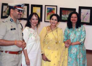 Actress Nishigandha Wad inaugurates Mamta Gogte art Exhibition 'Brushful of Colours'3 (1)