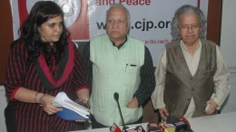 Mumbai : Social Activist Teesta Setalvad, Senior Journalist Kumar Ketkar and Anil Dharkar, President of Citizens for justice and Peace, CJP  at a press conference in Mumbai on Tuesday. Photo Girish Srivastav/28.11.2017