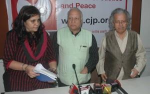 Mumbai : Social Activist Teesta Setalvad, Senior Journalist Kumar Ketkar and Anil Dharkar, President of Citizens for justice and Peace, CJP  at a press conference in Mumbai on Tuesday. Photo Girish Srivastav/28.11.2017