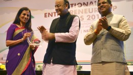 Ms Chanda Kochhar receives award from Shri Arun Jaitley and Shri Dharmendra Pradhan