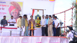 Photo 08 - Shri Sachin Tendulkar unveils ceremonial plaque at an event at adopted village Donja