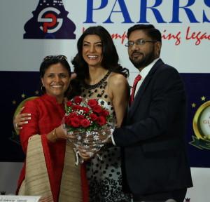 L to R - Swati Mahadik, Sushmita Sen & Mr. Ramesh Sanghvi, Chairman & Managing Director of the Sanghvi Parrsssva Group