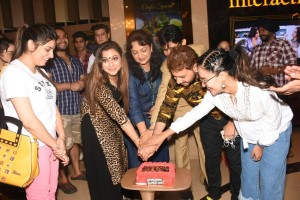 6. Mannat Noor, Gurpreet Kaur Chadha, Upasana Singh, Gurmeet Singh & Lizaa Malik cutting the cake
