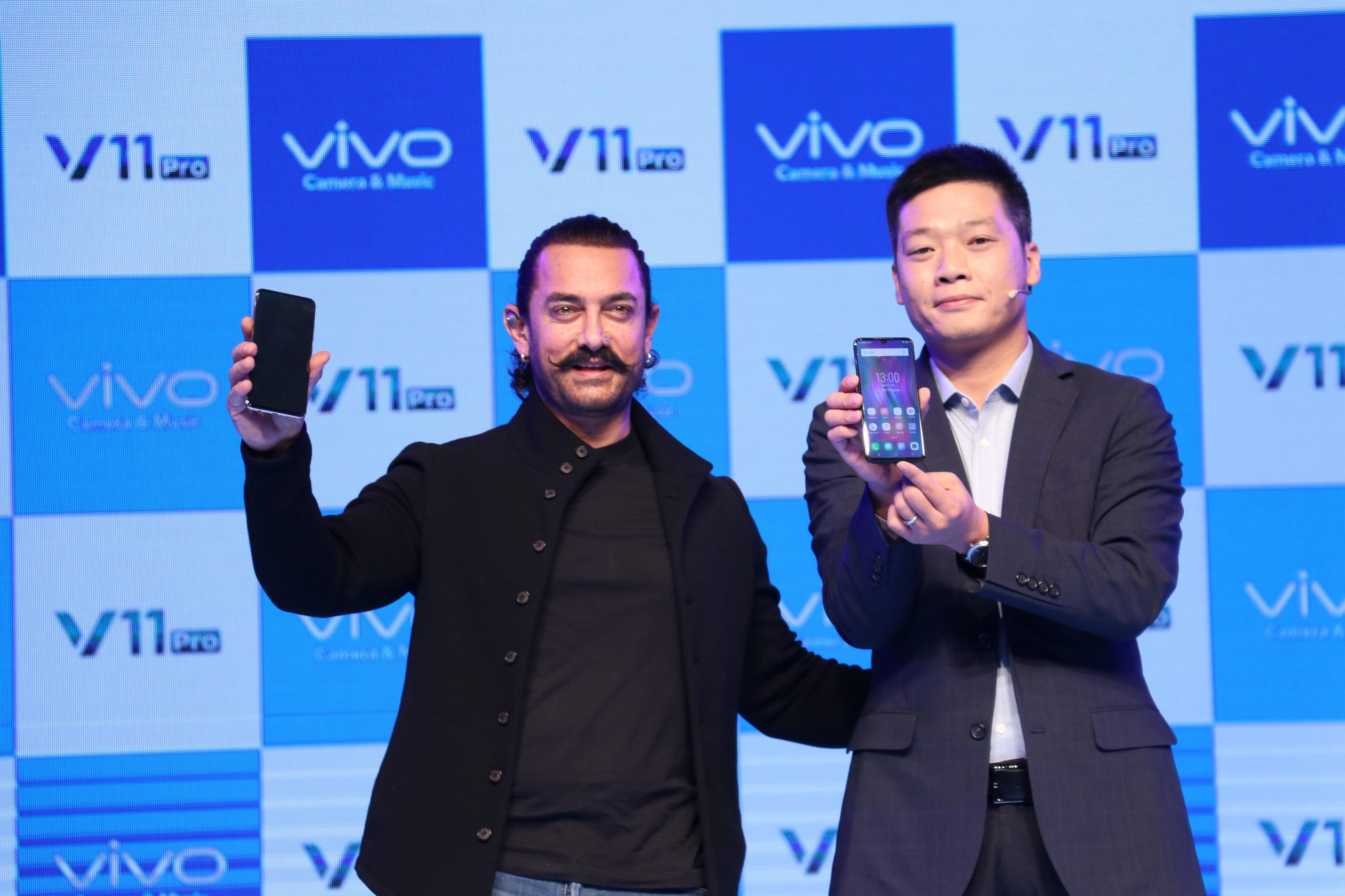 R - Aamir Khan, Brand Ambassador, Vivo India with Kent Cheng, CEO, Vivo India at the launch of Vivo V11 Pro in Mumbai today