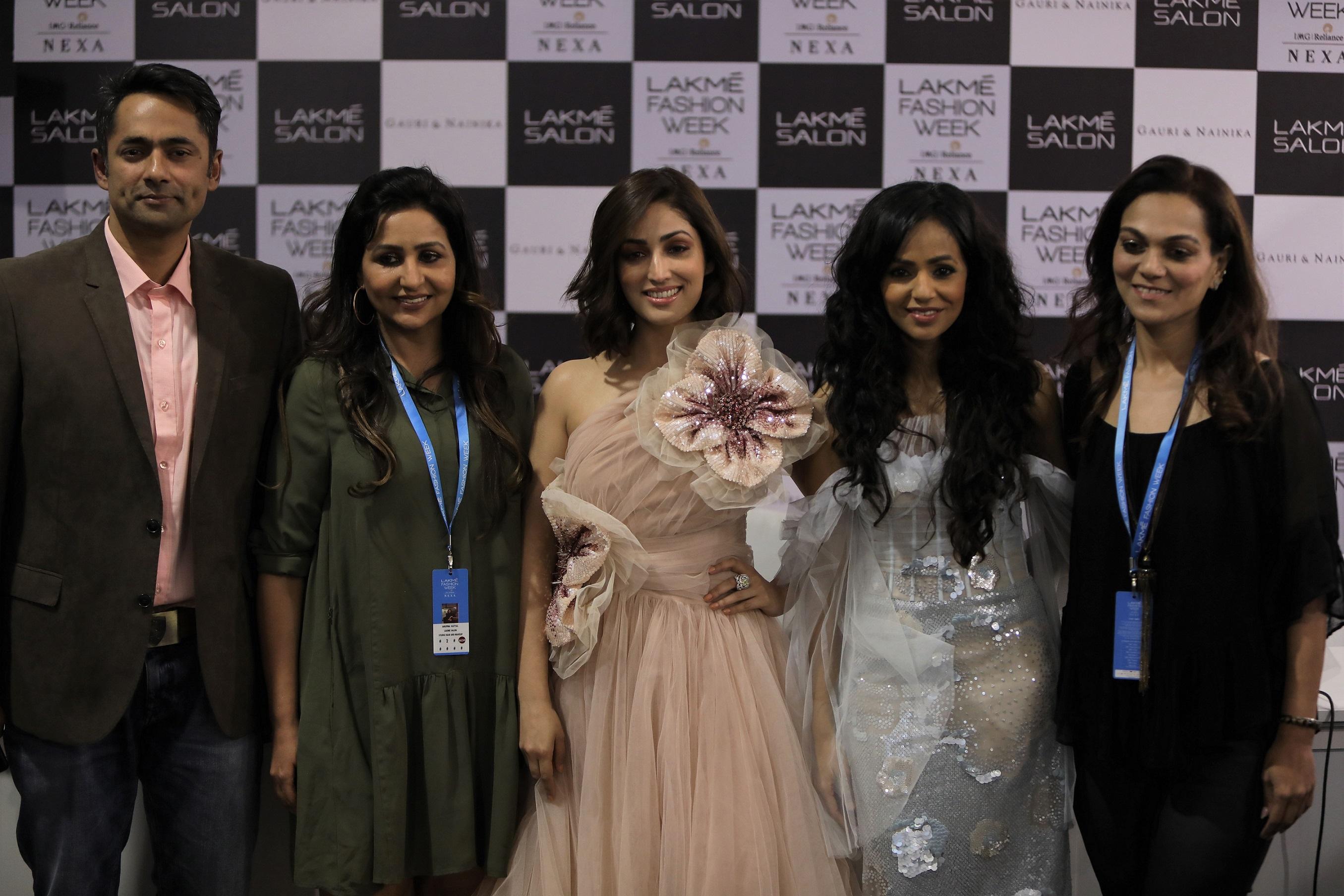 CEO Lakme Lever Pushkaraj Shenai,NCD Anupma Katyal,Showstopper Yami Gautam,Designer Nainika,NCD Pooja Singh_Lakme Salon x Gauri & Nainika_The Art of Latte