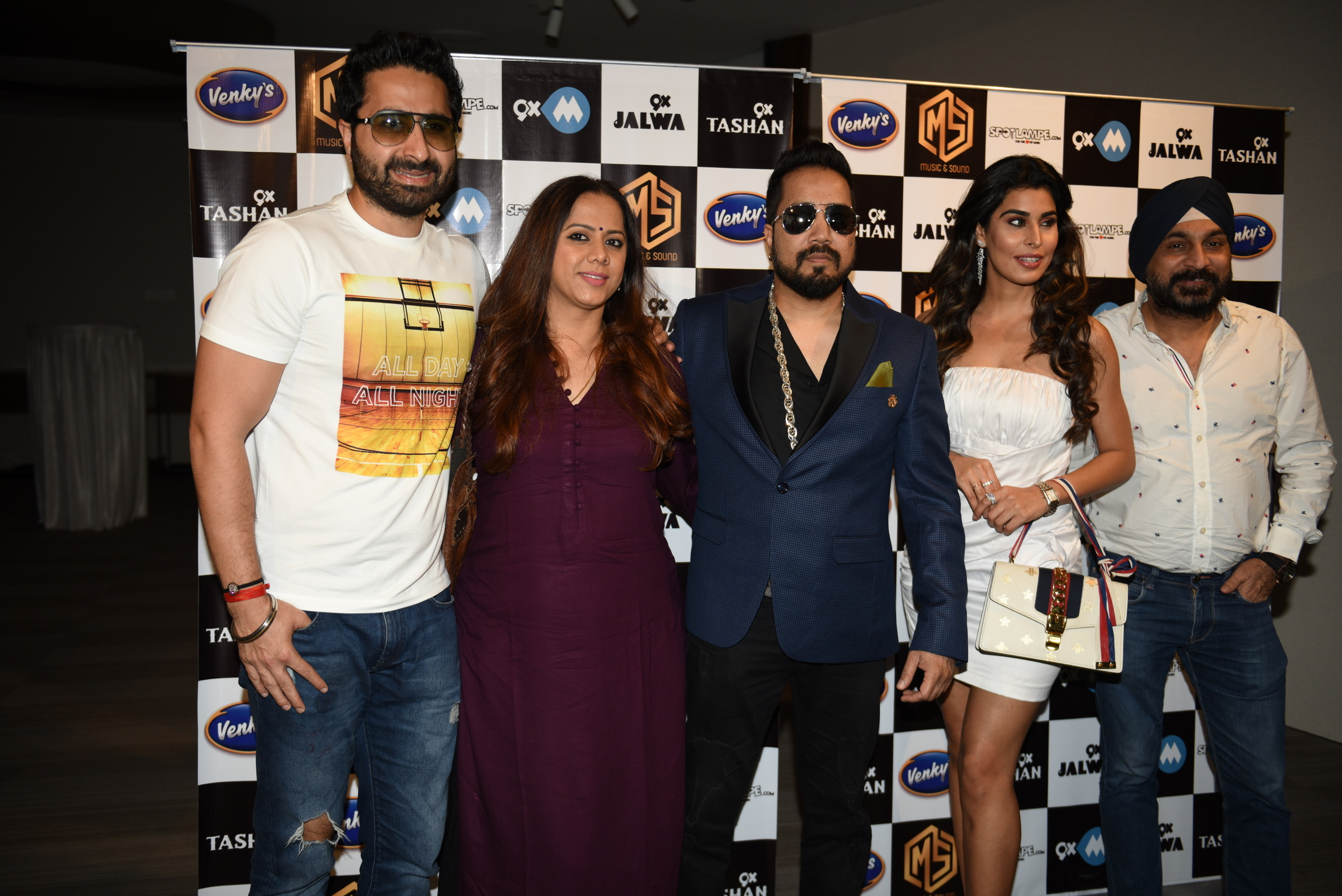 5. DJ Khushi, Rajitta Hemwaani, Mika SIngh, Aarti Khetarpal, Raj Suri during his new single BELLY RING song launch KPP_9025