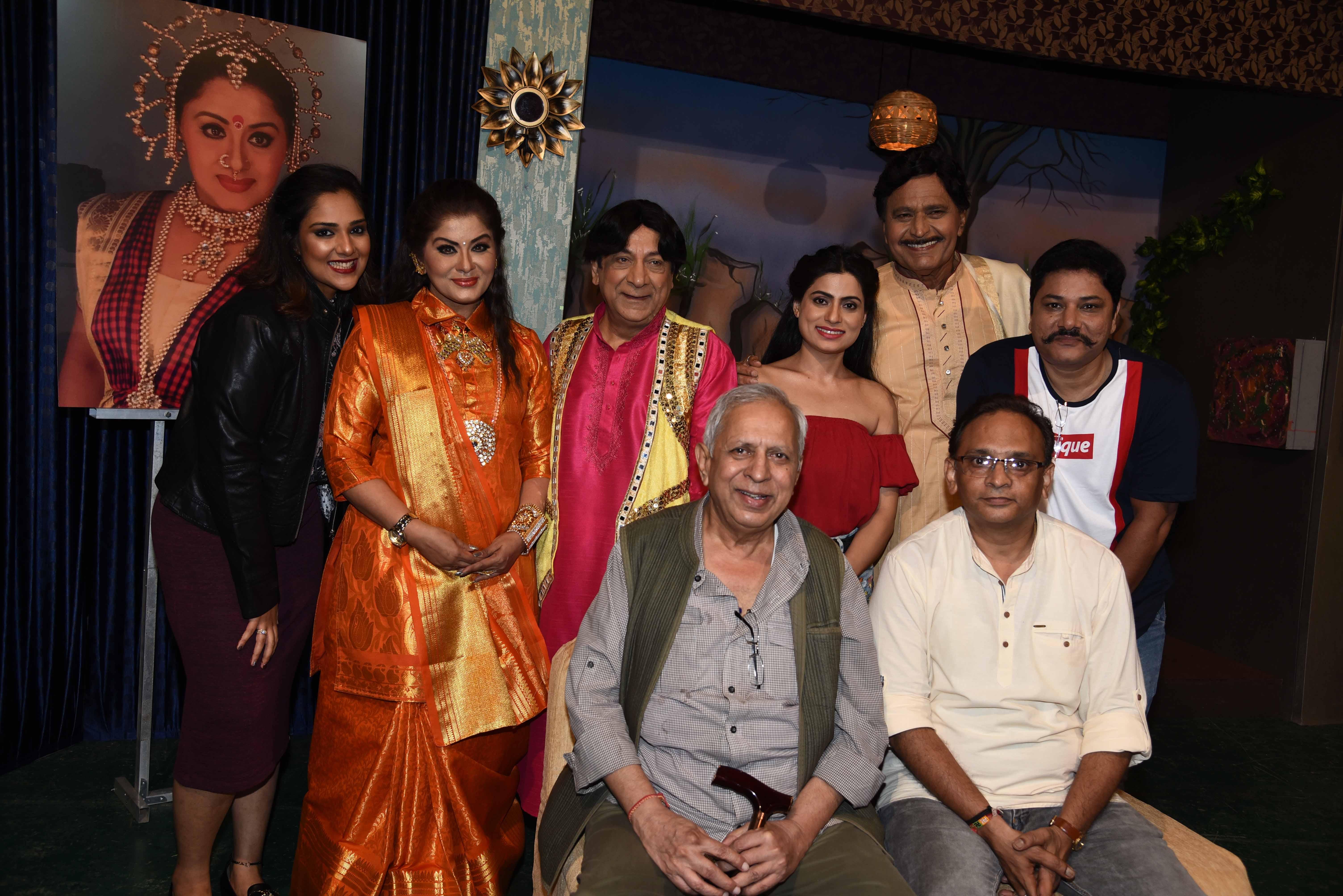 Director Raman Kumar with starcast and crew of DS Pahwa's play, Kuchh Meetha Ho Jaye, at Rang Sharda Auditorium, Bandra
